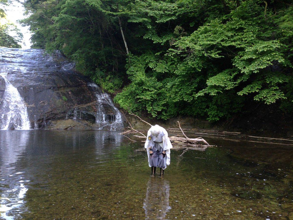 古宮彗。さんの写真とつぶやき:鶴丸でロケいってきました(*゚ω゚*)袴の裾にめっちゃ水たまって脚の黒いやつの上から水がダバダバ溢れてくるのを見ている図です。 https://t.co/a2G0TNiYxa