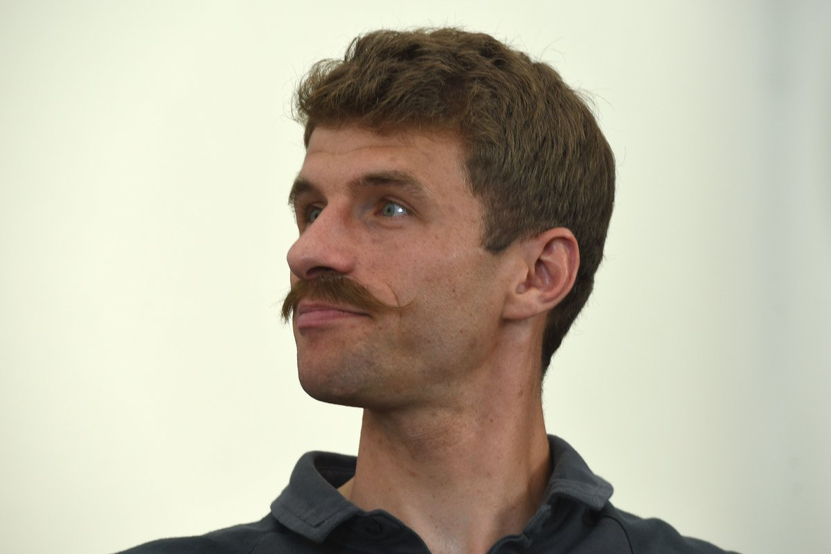 Oh là là... Thomas Müller's cool new look for #Euro2016<br />Sadly it was only glued on