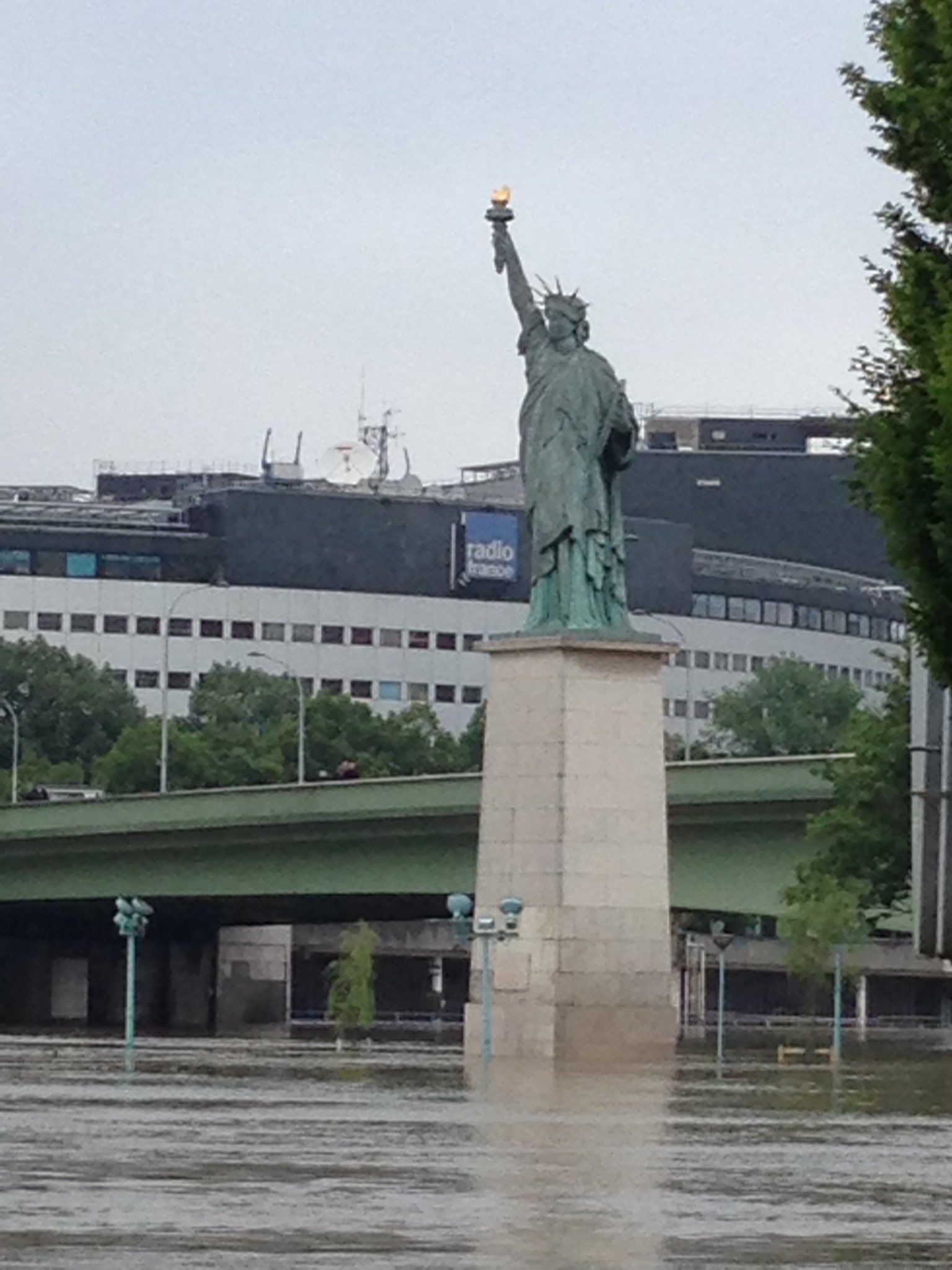 La Statue de la Liberté a encore de la marge #Paris #CrueSeine https://t.co/rMI3oois8j