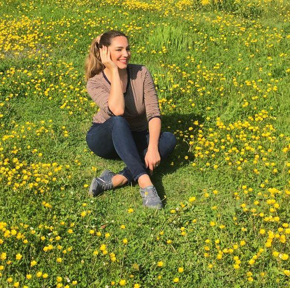 RT @SKECHERSUSA: Pretty as a field of buttercups. We love relaxing with @iamkellybrook. #RelaxedFit https://t.co/NDzGIitFZu https://t.co/Yt…