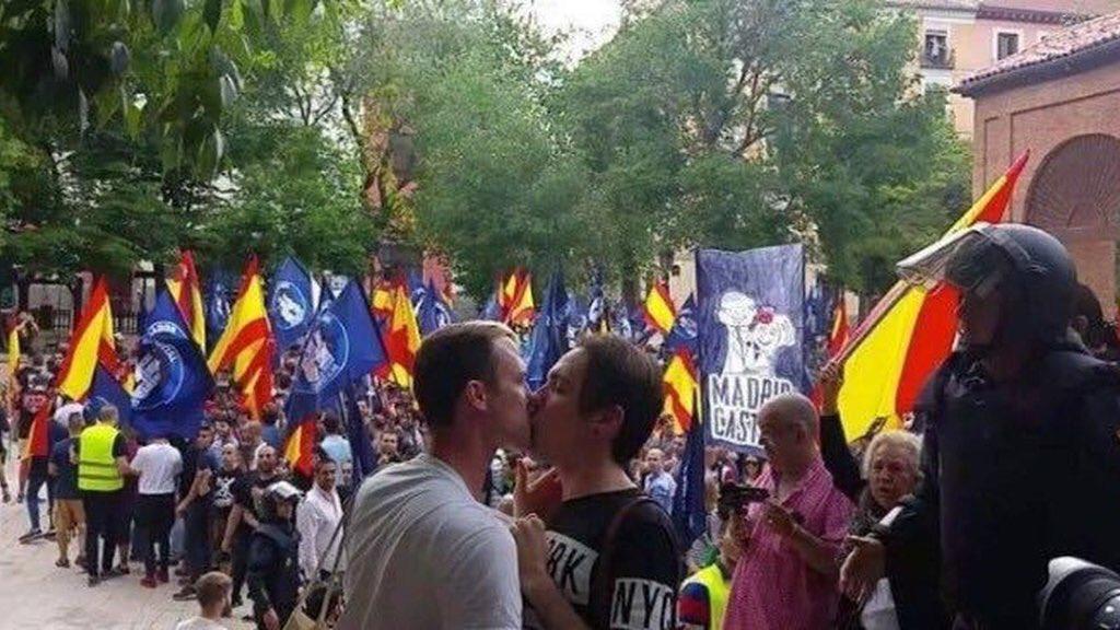 """El beso: """"el amor es mas fuerte que las bombas"""" https://t.co/1ceMknLMdY"""