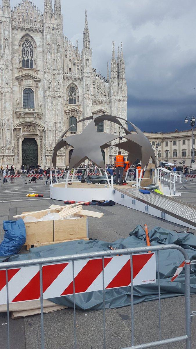 Están cosiendo la pelota en la puerta del Duomo. El sábado la descosen en San Siro x Espn. https://t.co/MNflqhj4q1