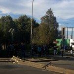 #Valdiviacl: Camión botó dos postes en puente Calle Calle y dejó sin luz a mil 600 clientes https://t.co/HVQay47rLj https://t.co/HtF6kVM1Op