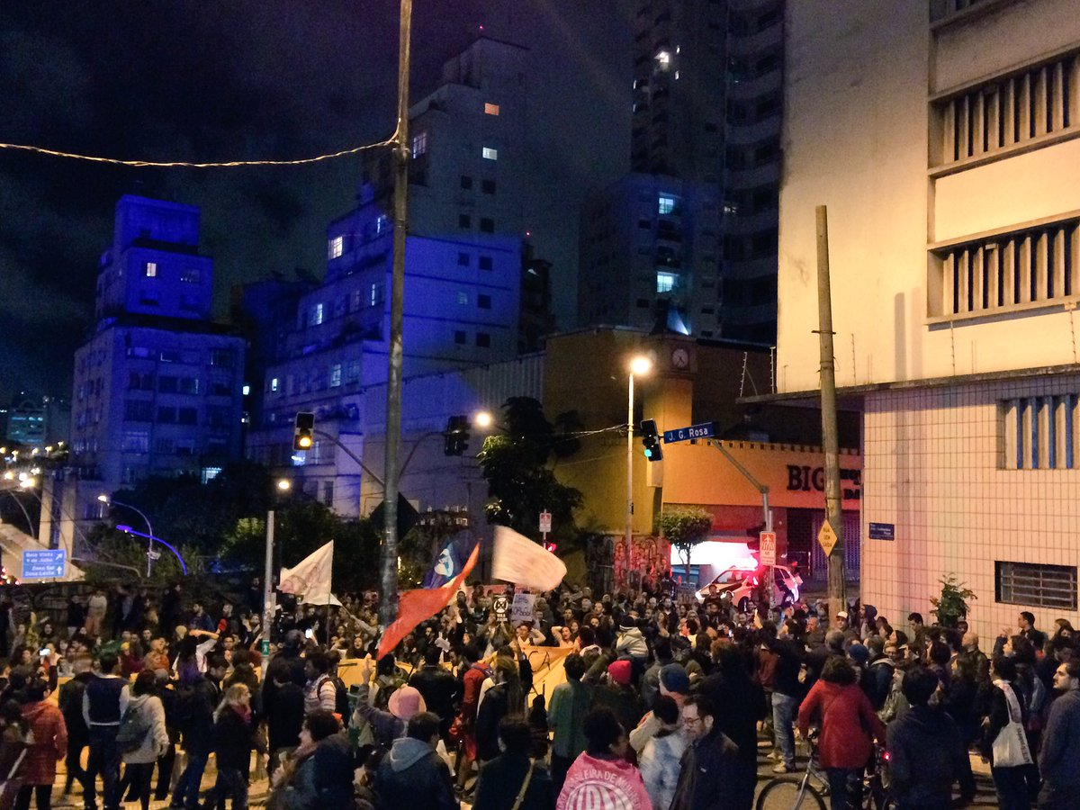 Manifestantes acabam de chegar na Praça Roosevelt, onde unidos pedem a retirada de Michel Temer. #ForaTemerGolpista https://t.co/0hZozU9F3F