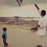 في كل يومٍ ادعوا أن ألتقي بكٓ يا ابي ليرجع قلبي ينطق فرحاً بلقائك #قيود_تقهر_السجان #البحرين #محمد_رمضان #bahrain https://t.co/tass82QyLk
