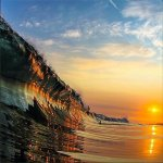 Pôr do sol refletido numa onda - https://t.co/f5SNsc4arl