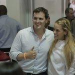 .@Albert_Rivera a su llegada al Aeropuerto Simón Bolívar de Caracas (Venezuela), recibido por @liliantintori https://t.co/b0Cs4vKPyS