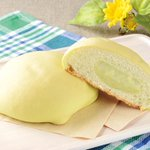 【本日発売】ローソン、メロン尽くしの「しっとりメロンパン 国産メロン」を発売 https://t.co/ukPnvdh6ql 135円(税込み)。生地には国産メロンの果汁を使用し、果肉を使用したメロンクリームを包んでいる。 https://t.co/VCubA38DN8