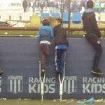 La imagen del fin de semana. Santiago,el niño hincha de Racing que compartió sus muletas con amigo para ver a Milito https://t.co/3qlT1mi8LN