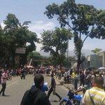 #24M 1:43 pm Intento de saqueos en Antímano Frente Estación metro Carapita paso cerrado #Caracas vía chuchorojas311 https://t.co/G4SaNOqYbU
