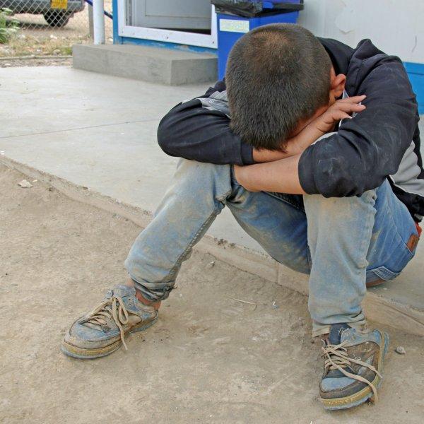 بعد اكثر من 18 ساعة من السير على الأقدام، تمكن هذا الصبي مع عائلته من الفرار من مدينة الحويجة لمخيم نزراوة #العراق https://t.co/7JSFufEOil