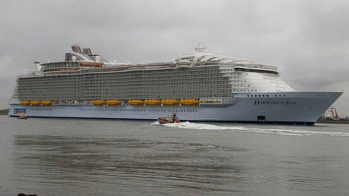 En ook in Hoek van Holland is het passagiersschip nu gepasseerd https://t.co/2Hh9Hz2hzH