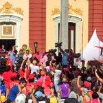 Así recibió el Pdte @NicolasMaduro a nuestra gran marcha de mujeres en el palacio de Miraflores #LaRevolucionEsMujer https://t.co/8b0q3EH35C