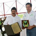 Gob @CarlosJulioGV entrega condecoración José Eustasio Rivera al alcalde d Neiva @Rodrigo_LaraS en 404 años d Neiva https://t.co/4KeIrQYmf3