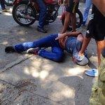 Transeúntes capturaron a este sujeto robando en UD7 de Ruiz Pineda. Lo amarraron y golpearon. #Caracas. https://t.co/0fXj9loctw