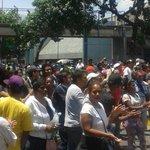 Mientras @jorgerpsuv está pendiente de impedir el Revocatorio, en Carapita la gente pide comida y alimentos! https://t.co/RsBjVjTCRF