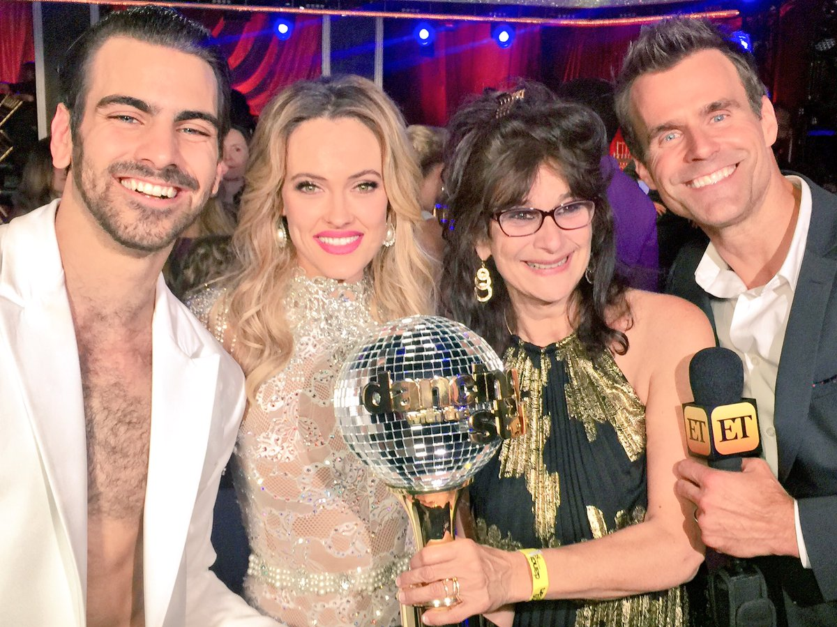 Loved this special moment with champ @NyleDiMarco & his mom:) And of course @PetaMurgatroyd ! #et #DWTSFinale #dwts https://t.co/8WZQYSoC49
