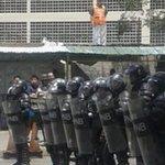 """Reprimen en Carapita protesta por comida. Estación del metro tuvo que ser cerrada. """"Nuestros hijos pasan hambre"""". https://t.co/6nycRIJAme"""