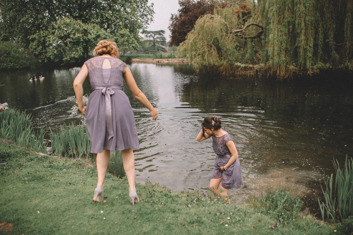 Bridesmaid saves drowning gosling during wedding photo shoot. 'What a hero!' https://t.co/hW41c25tl3