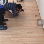 في تجربة اجتماعية ساخرة قام أحدهم بوضع نظارته على أرض أحد المتاحف الفنية وانتظر ردة فعل الناس!  الصور توضح النتيجة!  https://t.co/Y4DUCMXWLs
