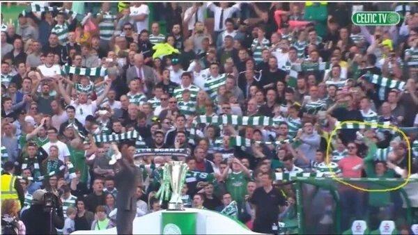 Cuando te has dejado la bufanda en casa y solo tienes a tu hijo a mano. Visto en Celtic Park (vía @barq_in) https://t.co/GRYODHnnVR