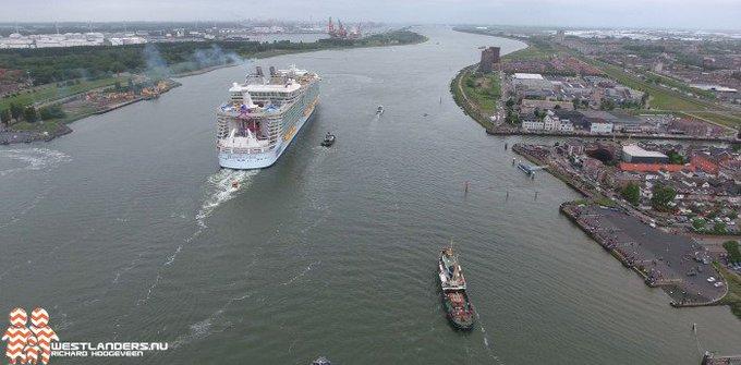Veel toeschouwers tijdens vertrek Harmony of the Seas (drone video/foto 's) https://t.co/ro1IUQ1f8v https://t.co/SMktlKQS8I