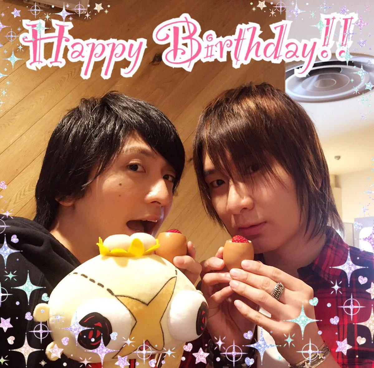 【前野智昭さん、お誕生日おめでとうございます!!!】先日とある撮影で、島﨑さんとお祝いさせていただきました!(何の撮影か