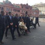 Qué hermoso ver al pueblo agolpándose para saludar a sus representantes, enfervorizados. Qué? No hay nadie? #MalaMía https://t.co/K2fF8ObkAW