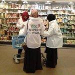 Moslimas op jacht naar Joodse producten in Nederlandse supermarkt! #mesjogge https://t.co/y7LoskAD7R