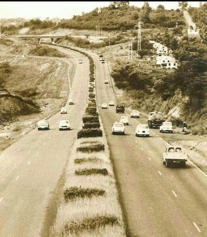 L'autoroute et le pont de Chateauboeuf dans les années 70 !!!! #Martinique #ZeroEmbouteillages #PasDeTSCP https://t.co/1uNBj7vKrH