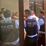 Siguiendo consejo @mossoscat llevo 20 min encerrado en Mataró pq unos fascistas no me dejan salir. Viva la libertad https://t.co/CSNBsR4TOv
