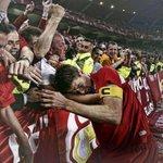 La imagen de aquella mítica final hoy hace 11 años. Liverpool campeón. Steven Gerrard llora con  la hinchada. https://t.co/I3Qe5Fq4ek