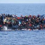 유럽 난민선이 순식간에 전복되는 모습이 카메라에 잡혔다. 비극이 계속되고 있다. https://t.co/U36LP4prii https://t.co/iDj3jZyh6A