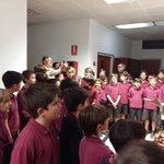 Pilarín Bayés signa el retrat que Isaac dAiguavia lhi ha pintat i la Petita Coral interpreta cançons #50anysBllc https://t.co/jyTFU59wFT