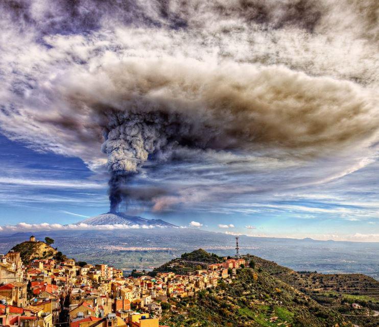 2015 yılında Etna Yanardağı böyle bir performans sergiledi! https://t.co/aswJlnvAE3
