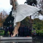 Huddling under Marilyns billowing dress to escape the rain #marilynbendigo #isawmarilyn #explorebendigo #bendigo https://t.co/qdOm9ROZYp