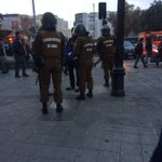 #Santiago estado de sitio. Revisando mochilas a secundarios Cumming. Aguante secundarixs Aguante liceo de niñas!! https://t.co/OTlzpaj9IH