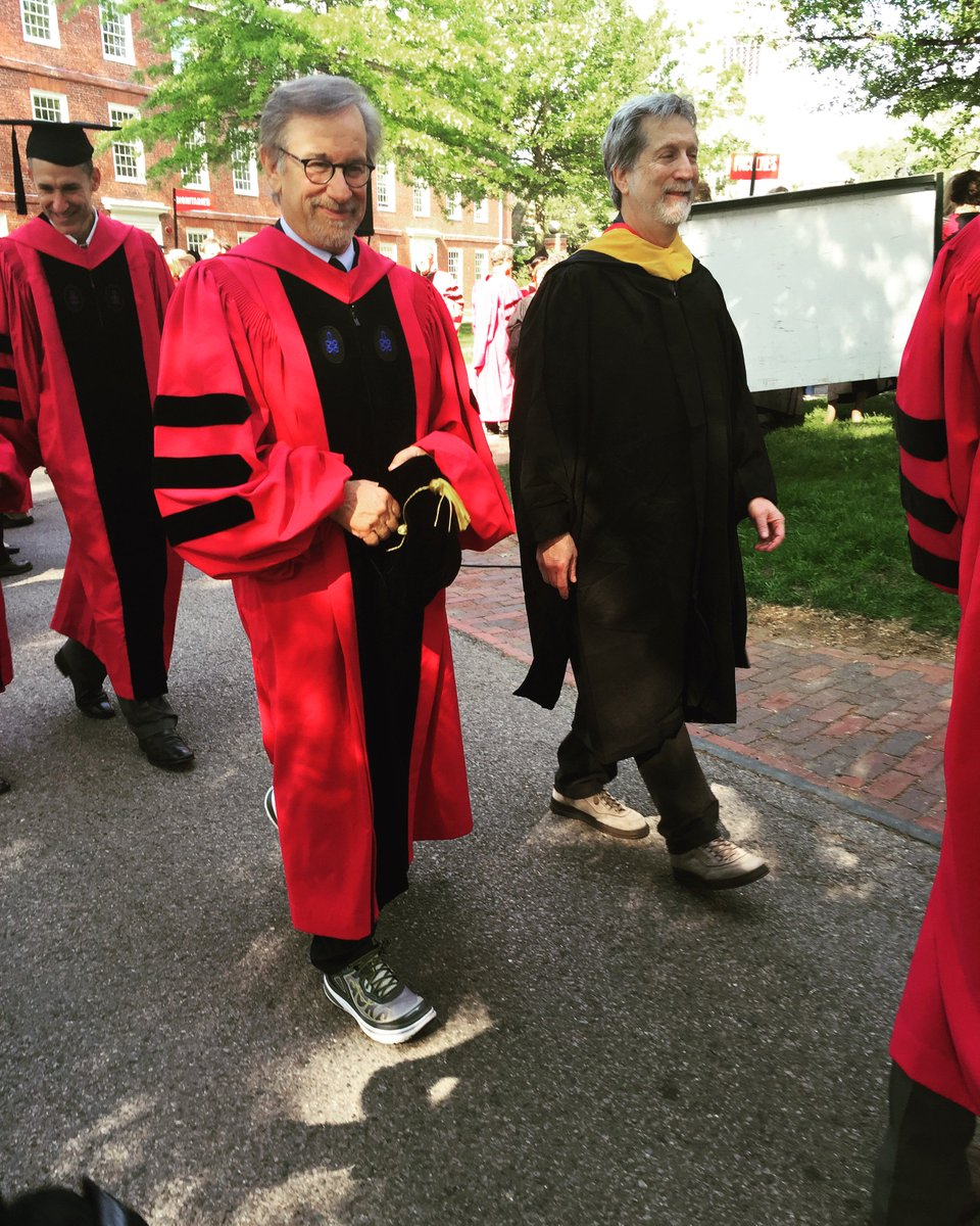 Principal speaker Steven Spielberg arrives in Harvard yard donning some stylish running shoes. #Harvard16 https://t.co/PHkfaU6Z53