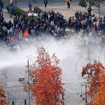 #Chile Ahora: Estudiantes Chilenos que piden una educación gratuita real y universal. son reprimidos por la Policia. https://t.co/EUZy4U8NdP