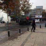 Sin ninguna provocación guanaco y zorrillo reprimen a estudiantes y apoderados que buscan manifestarse. Democracia https://t.co/uPkDDxqFw3