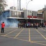Gases lacrimógenos en represión de #MarchaEstudiantil en defensa de la eduación #Chile | vía @chileokulto https://t.co/SQXqynNvLH