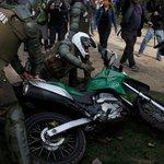 #LTenVivo | La agresión a un motorista de carabineros por parte de un encapuchado https://t.co/Eo0uIXeli7 https://t.co/xeeFwScuCX
