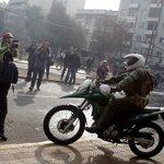 Apedrean a carabinero que cayó de su motocicleta durante la manifestación https://t.co/Vt0CsByMMe https://t.co/uHAJHi9JXJ