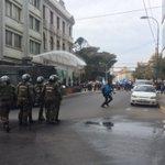 Secundarios intentaron marchar a la intendencia y fueron detenidos por FFEE. Continúan en plaza Victoria valpo https://t.co/jk5XfELXfN