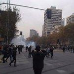 En tiempo real: Continúan los incidentes en distintos puntos del centro de Santiago https://t.co/gggRHjI8ve https://t.co/s9Gz38LrM7
