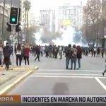 Continúan los incidentes en Alameda, frente a la Universidad Católica. MIN A MIN → https://t.co/XqOIXTP6TW https://t.co/xMaQJV99cg