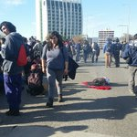 Puente Pedro de Valdivia tomado x estudiantes. Queman muñeco que representa a Pdta. Bachelet. FFEE a metros. @biobio https://t.co/qPERNu4dxO