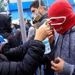 Niños cn pataleta,encapuchados y piedra en mano mientras observadores de DDHH limpian sus ojitos #MarchaEstudiantil https://t.co/VgUsMp4OyN