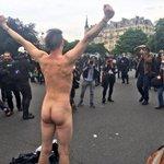 """Ivre, le manifestant se dressa et hurla à la foule de CRS : """"et la mienne de matraque, tu la veux ?"""" https://t.co/IhEQxl8x8q"""