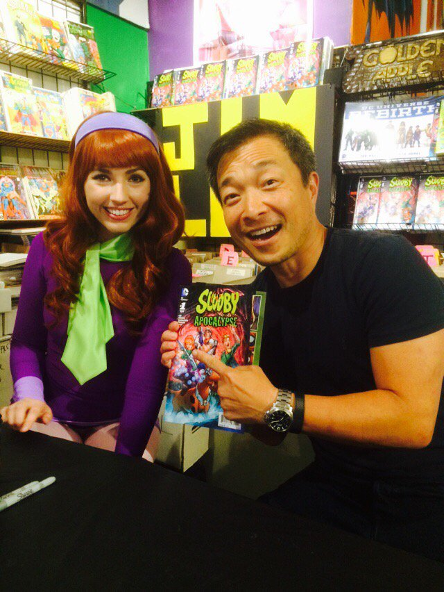 Fun times with @JimLee and Daphne at Scooby Apocalypse signing now at @GAppleComics https://t.co/aNxx6S7KHI